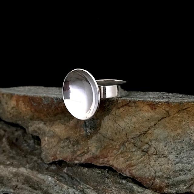 MIINA Kupol<br/>900 SEK<br/>En stilren design med sin blanka kupol och ring. Mått ca dia 20 mm och 5 mm bred ring. Ange inner ringmått vid beställning.